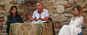 """Ursula Pareti, lo scrittore Sergio Costanzo e Silvia Menicagli durante la presentazione della serata dello scorso 16 agosto """"La notte di Galileo"""" all'interno della Fortezza Vecchia"""
